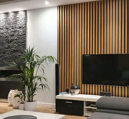 Jak urządzić wnętrze salonu przy użyciu ściennych paneli lamelowych?