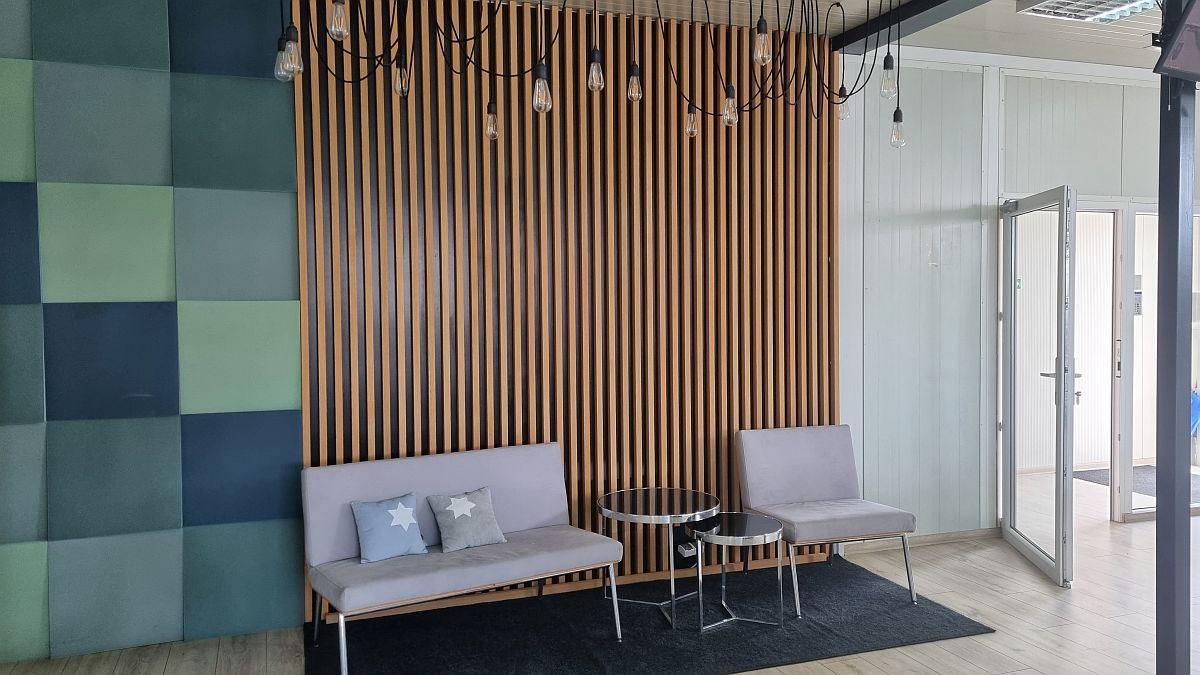 Montaż paneli lamelowych na ścianie za pomocą kleju